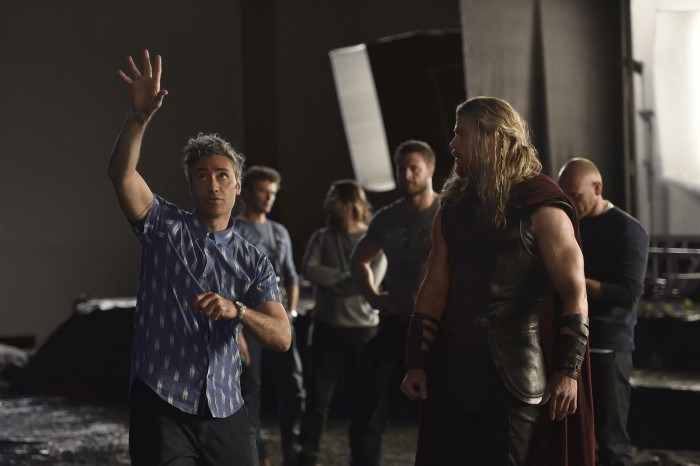 Thor-Ragnarok-BTS-Taika-Waititi-and-Chris-Hemsworth-700x466.jpg