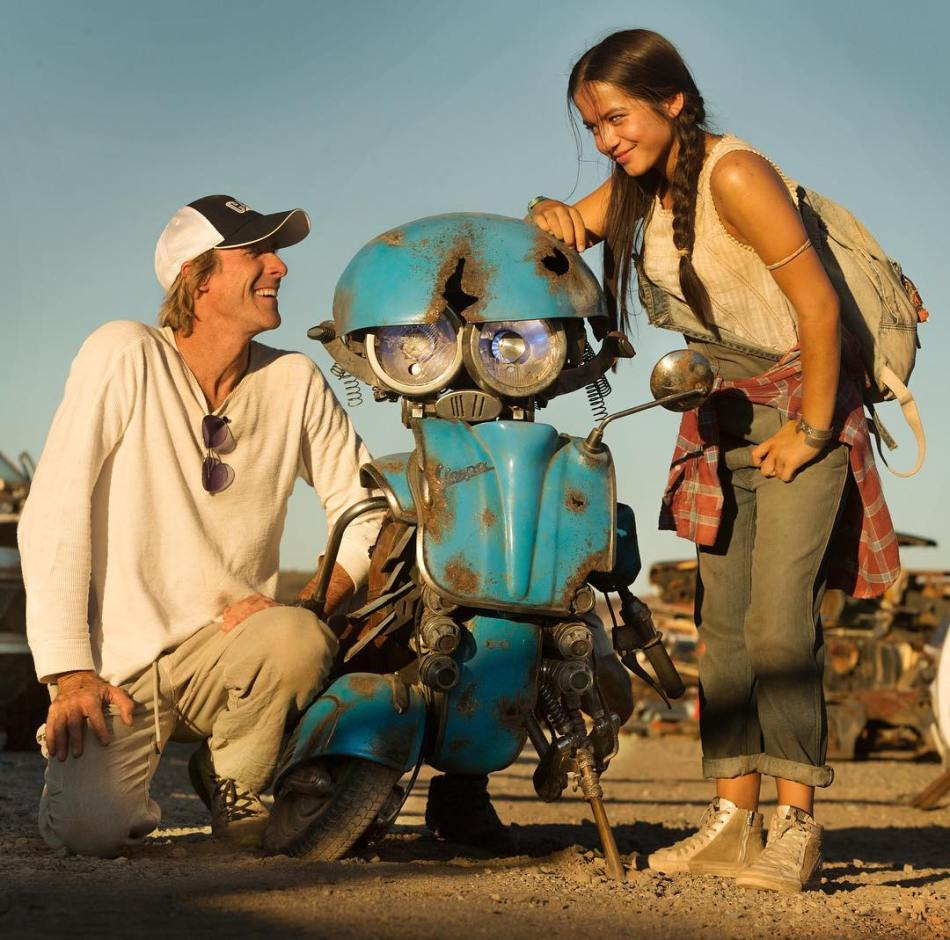Michael-Bay-Squeeks-and-Isabela-Moner-Transformers-5-The-Last-Knight-Movie.jpg