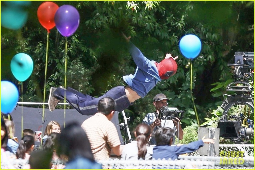 ryan-reynolds-deadpool-flies-into-a-kids-birthday-party-06