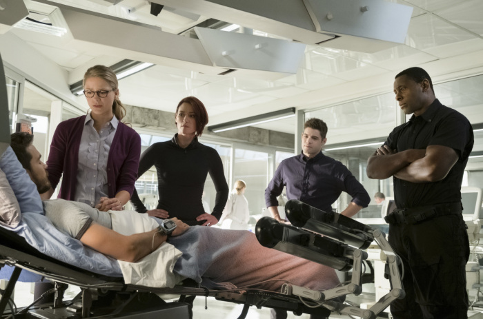 supergirl 3x07-deo infirmary-everyone